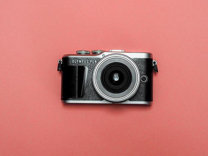 cámara sobre fondo rosa