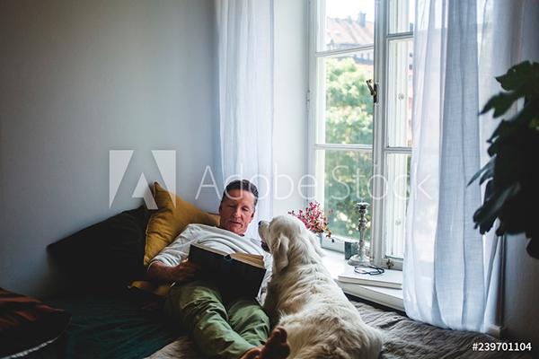 hombre jugando en casa junto a su perro