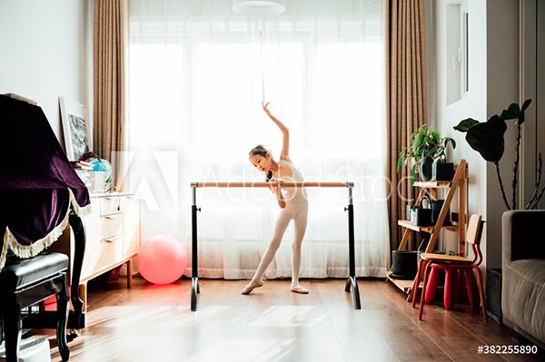 niña haciendo ballet en casa